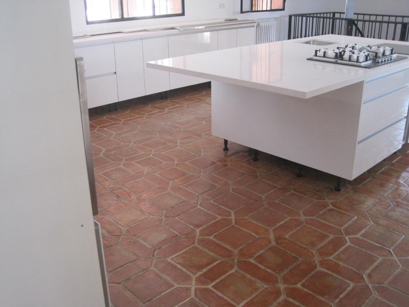 Poner baldosas suelo pintar azulejos y colocar suelo de - Baldosas suelo cocina ...