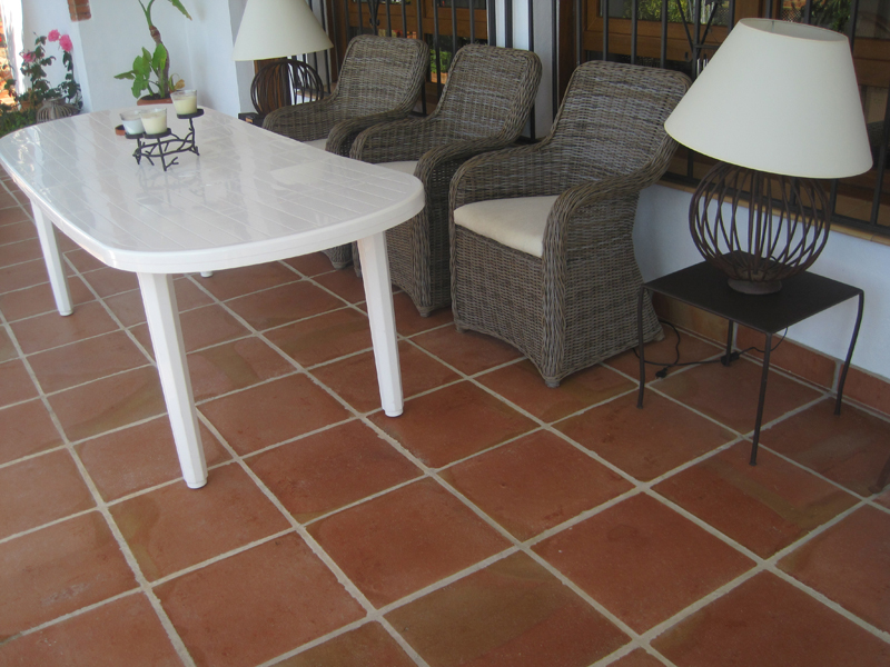 Proyectos r sticos lobillo for Baldosas patio exterior
